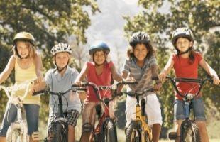 groupe d'enfants qui partent à l'aventure en vélo